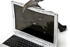 Zerschlagener Laptop mit Hammer Lizenzfreie Stockfotos