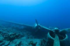 Zerschmetterte Flugzeuge unter Wasser lizenzfreie stockbilder