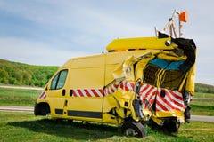 Zerschmetterte Motor- geschädigte Rückseite der gelben Sicherheit und Seitenteil stockfoto