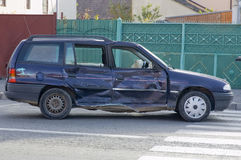 Zerschmetterte Seite eines Autos nach Autounfall Stockbilder