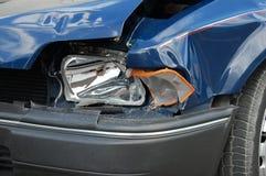 Zerschmetterter Scheinwerfer auf blauem Auto Lizenzfreies Stockbild