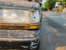 zerschmettertes altes Auto Stockbild