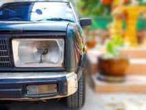 Zerschmettertes altes Auto des Scheinwerfers Stockfoto