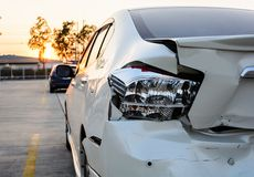 Zerschmettertes Auto, der Unfall auf Straße Stockfoto