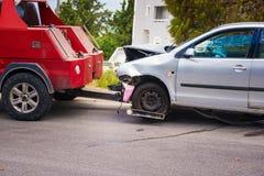 Zerschmettertes Auto nach dem Unfall bereit, Schleppseil weg durch Abschleppwagen zu sein stockfoto