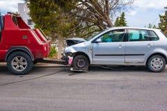 Zerschmettertes Auto nach dem Unfall bereit, Schleppseil weg durch Abschleppwagen zu sein stockbild
