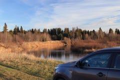 Zersplittern Sie das Auto in der Herbstlandschaft Lizenzfreies Stockfoto