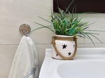 Zersplittern Sie Foto des Badezimmers, Innendetail, Badezimmer ineterior Details nah oben, Dekor, Dekor des Badezimmers Stockfoto