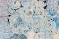 Zersplittern Sie Nahaufnahme der Weinlesebacksteinmauer mit beständigen Schichten alter Farbe lizenzfreies stockbild