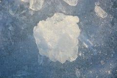 Zersplittertes und gebrochenes Eis bei Sonnenuntergang Stockbilder