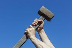 Zerstören etwas mit Stärke und Wut Stockbild