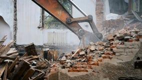 Zerstören Sie das alte leere verlassene Gebäude stock footage