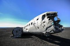 Zerstören Sie das Flugzeug, das vor der Küste von Island, Touristenattraktion zerschmettert wird Stockfotografie