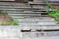 Zerstörte alte konkrete Treppe im Park lizenzfreies stockfoto