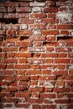 Zerstörte alte Wand des roten Backsteins Lizenzfreie Stockfotografie