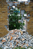 Zerstörte Backsteinmauer Stockbilder