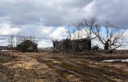 Zerstörte das Holzhaus in der russischen Provinz Lizenzfreie Stockfotografie