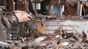 Zerstörte das Wohngebäude nach dem Unfall stock video footage