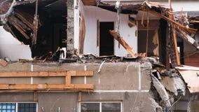 Zerstörte das Wohngebäude nach dem Unfall stock video
