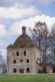 Zerstörte die orthodoxe Kirche mit einem Nest von Störchen lizenzfreie stockfotos