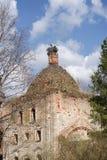 Zerstörte die orthodoxe Kirche mit einem Nest von Störchen Stockfoto