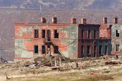 Zerstörte ein zweistöckiges Ziegelsteingebäude stockfotografie