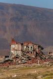 Zerstörte ein zweistöckiges Ziegelsteingebäude lizenzfreie stockfotos