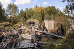 Zerstörte Eisenbahnbrücke auf Meherenga in der Arkhangelsk-Region von Russland Stockfotografie