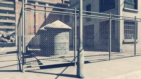 Zerstörte Fabrik in einem Elendsviertelbezirk stock video footage