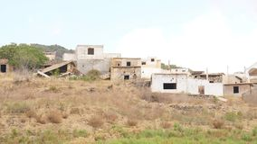 Zerstörte Häuser im alten verlassenen Dorf stock video footage