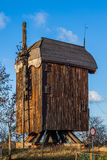 Zerstörte hölzerne Windmühle vom 18. Jahrhundert Stockbild