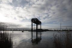 Zerstörte historische Eisenbahnbrücke Karnin in Peenestrom-Fluss, stockfoto
