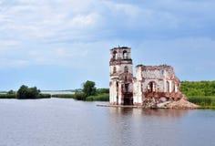 Zerstörte Kirche auf dem See in Russland Stockbilder