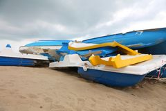 zerstörte Schiffe auf dem Strand Stockbild