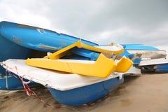 zerstörte Schiffe auf dem Strand Stockfoto