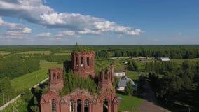 Zerstörte und verlassene orthodoxe Kirche stock footage