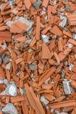 Zerstörte Wand des Ziegelsteines des roten Lehms Stockfotografie