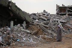 Zerstörter Al Wafa Hospital, Gaza, das vom arabischen Mann in der lokalen Kleidung beobachtet wird Stockfoto