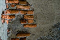 Zerstörter Beton und Backsteinmauer Stockfoto