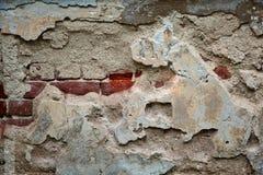 Zerstörter Beton und Backsteinmauer Wand mit der Ziegelsteinhälfte umfasst mit Farbe Stockfotos