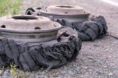 Zerstörter durchgebrannter Reifen mit zerquetschtem und schädigendem Gummi auf einem LKW lizenzfreie stockfotos