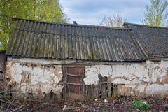 Zerstörtes altes Haus in der Provinz von Russland lizenzfreie stockbilder