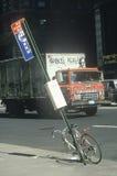 Zerstörtes Fahrrad und Graffiti bedeckten LKW, Süd-Bronx, New York lizenzfreie stockbilder