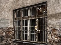 zerstörtes Fenster mit Stangen und einer Wand lizenzfreie stockbilder