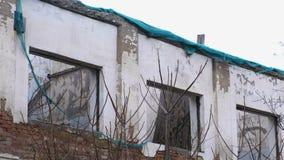 Zerstörtes Gebäude, bringend im Verfall, Demolierung des Hauses unter stock footage