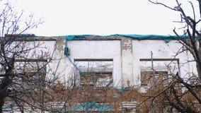 Zerstörtes Gebäude, bringend im Verfall, Demolierung des Hauses unter stock video footage