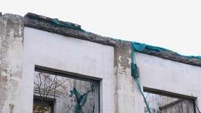 Zerstörtes Gebäude, bringend im Verfall, Demolierung des Hauses unter stock video