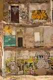 Zerstörtes Gebäude mit graffity Stockfotos