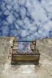 Zerstörtes Haus in Esco-Dorf, Spanien im Sommer, im Himmel und in den Wolken über dem Balkon lizenzfreie stockfotos