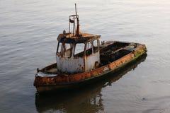 Zerstörtes, rostiges, altes Boot im Wasser Stockfotos